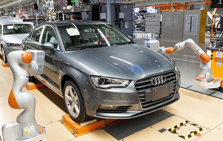 KUKA iiwa R820 típusú robotok az Audi Hungaria Motor Kft. győri gyárában 2016. június 2-án. A robotból amelyeket az autók fugáinak és az alkatrészek illeszkedésének mérésére használják kettőt állítottak üzembe. A berendezések a nehezen elérhető helyeken mérnek amellyel a munkafolyamat felét veszik át a dolgozóktól.