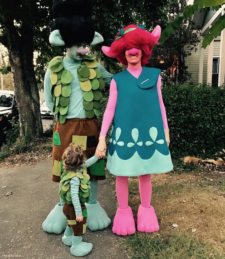 Jessica Biel aranyosnak öltözött családjával - pontosabban a múlt héten nálunk is bemutatott Trollok című animációs film szereplőinek