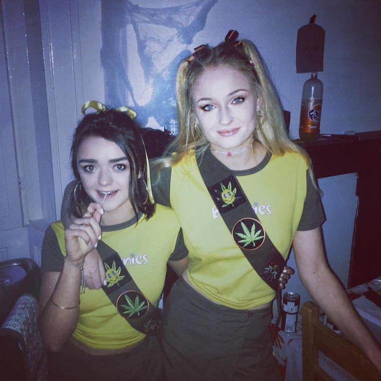 Maisie Williams és Sophie Turner újfajta hippinek öltözött.