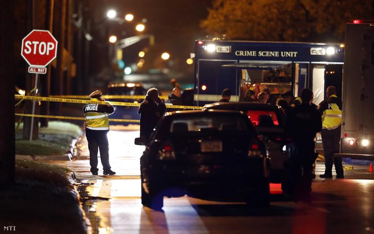 Rendőrök az Iowa szövetségi állam székhelyének Des Moines-nek az egyik külvárosában Urbandale-ben elkövetett rendőrgyilkosság helyszínén 2016. november 2-án hajnalban.