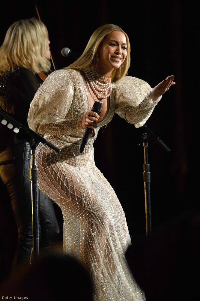 Az énekesnő nem csak úgy megjelent a semmiből, de még fel is lépett, méghozzá a Dixie Chicks-szel.