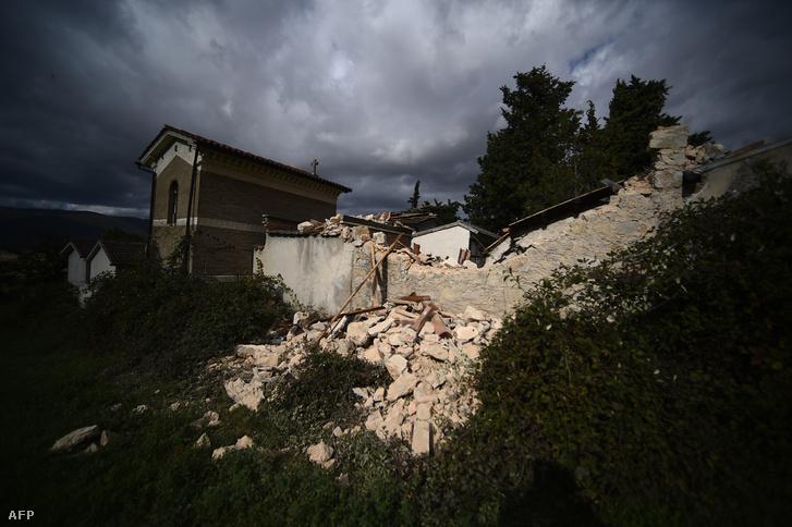 Összedőlt épületek San Pellegrino temetőjében november 2-án.