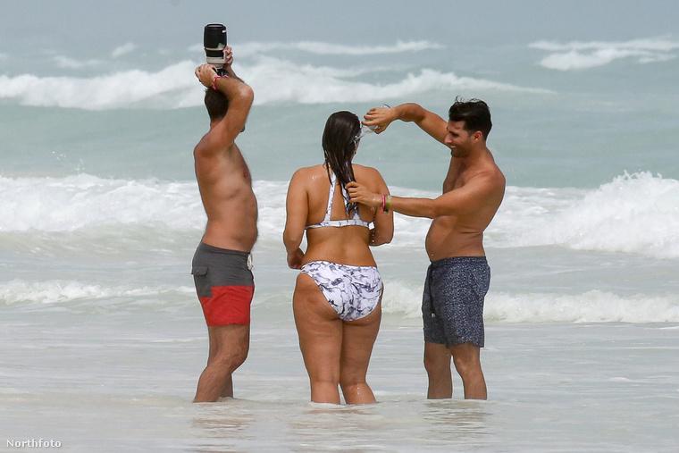 Most éppen egy mexikói strandon fotózták, ahogy fotózzák