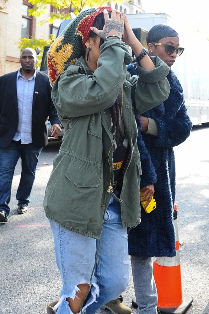 Még akkor is, ha az énekesnő kitartóan takargatta magát a fotósok elől.