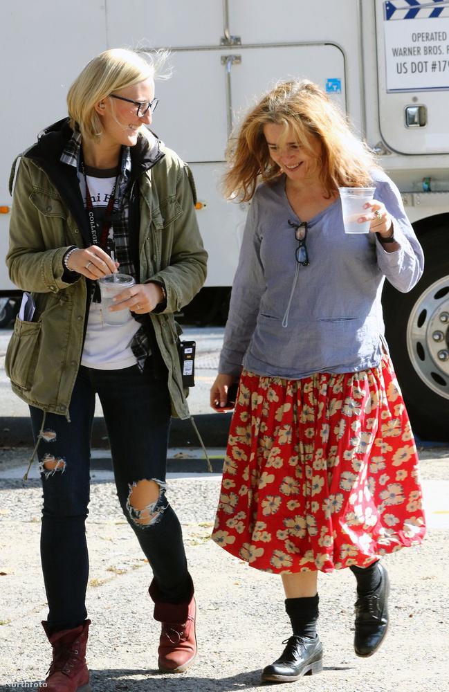 Mondjuk ha a film többi szereplőjének ruháiból indulunk ki - Cate Blanchett és Helena Bonham Carter - simán lehet, hogy Rihanna ruhája csak egy jelmez, és az Ocean's Eightben egy kicsit mindenki szakadt hajléktalannak fog kinézni.