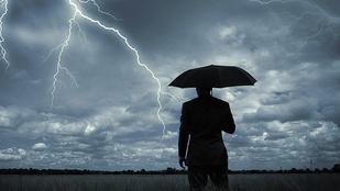 A ritka pillanat, amikor villám csap egy ember esernyőjébe