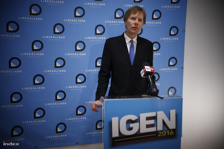 Fodor Gábor, a Magyar Liberális Párt elnöke sajtótájékoztatón értékeli a kvótareferendumot a párt fővárosi irodájában 2016. október 2-án.