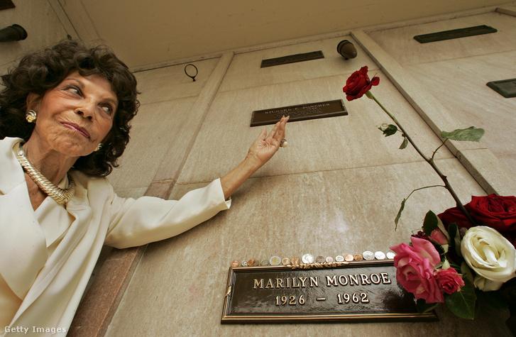 Elsie Poncher Marilyn Monroe síremlékénel, a Westwood Village urnatemetőjében