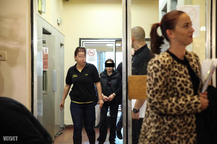 2016. november 3.: előzetes fogvatartási tárgyalására érkezik a ceglédi nő, akit azzal gyanúsítanak,