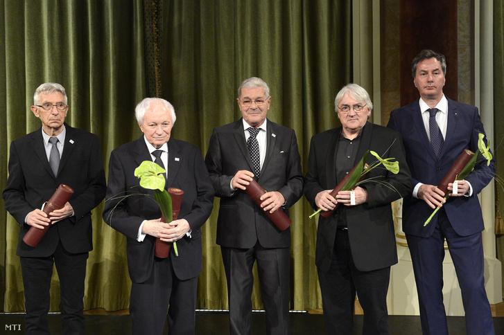 Bán Ferenc építõmûvész (b) Kalász Márton költõ író mûfordító (b2) Mécs Károly színmûvész (b3) Koltai Lajos operatõr (j2) és Varga Mátyás festõ- és szobrászmûvész aki édesapja Varga Imre szobrászmûvész nevében vette át az elismerést.