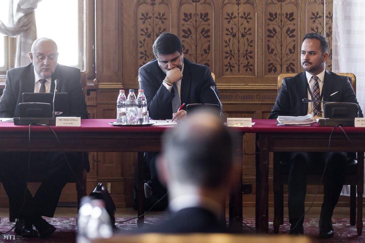 Tilki Attila a bizottság fideszes alelnöke, Mesterházy Attila szocialista elnök és Mátis Kornél bizottsági munkatárs (b-j) Varga Mihály nemzetgazdasági miniszter éves meghallgatásán az Országgyűlés költségvetési bizottságának ülésén az Országházban 2016. november 3-án.