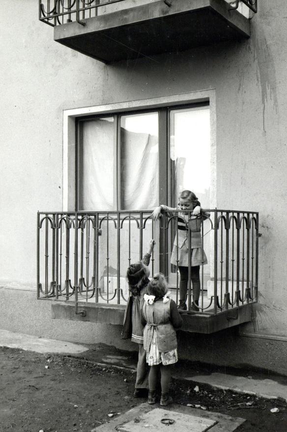 """""""Város. Szekciók. A földszinti erkély egy másik felvétele."""""""