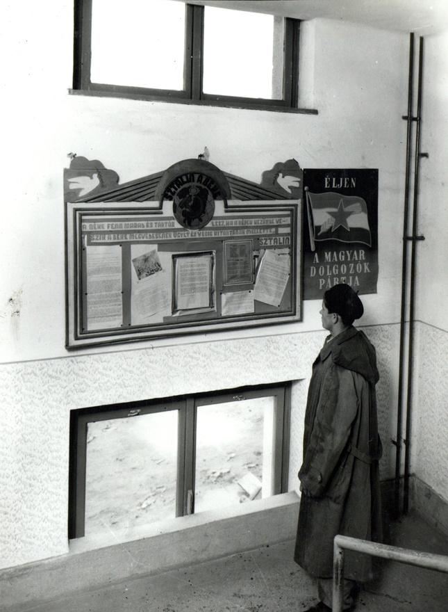 """""""Gyár. Martinmű iroda. A lépcsőházakban a lépcső pihenő metszi a lépcsőházi ablakot és így az összhatáson kívül az ablakok nem is nyithatók."""""""