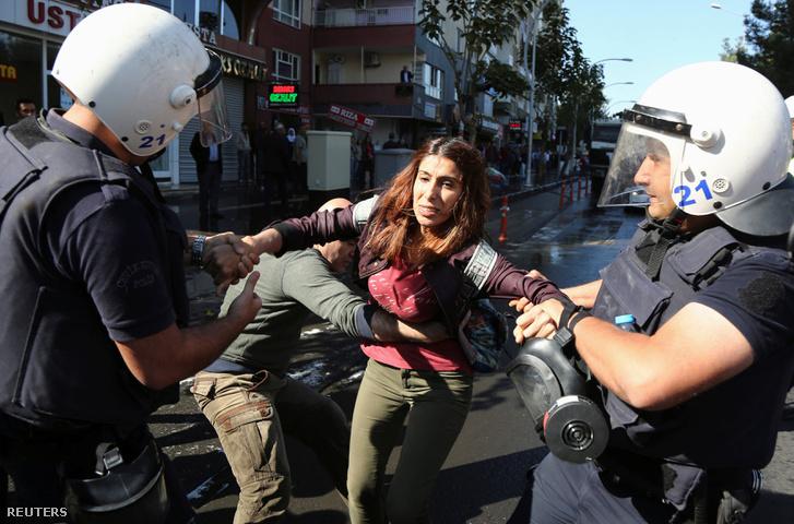 Tüntetőket fognak el a török rendőrök, akik a HDP-vezetők letartóztatása ellen tiltakoztak az utcán.