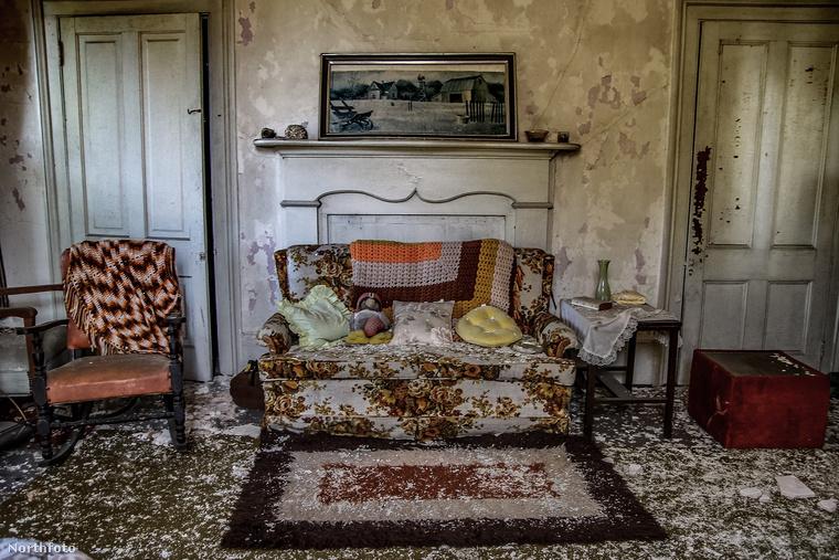 Olyan ez az egész, mint egy rémisztő időutazás: nemcsak a tárgyak, bútorok maradtak itt, hanem az a félelmetes hangulat is, ami belengi az egész házat