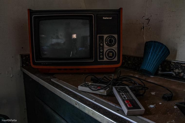 Tökéletesen érintetlenül itt maradt egy nyolcvanas évekbeli kistelevízió...