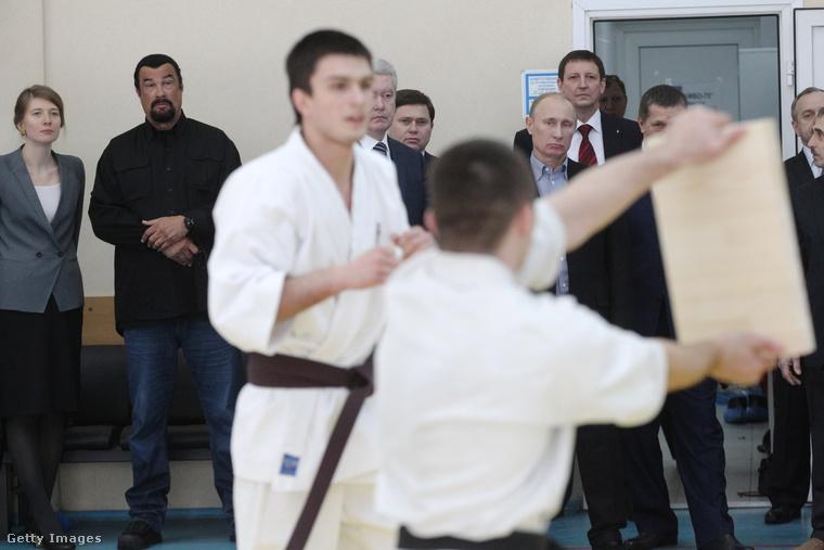 Arról nem szól a fáma, hogy az orosz elnök mit reagált erre, mindenesetre az biztos, hogy szép lassan egyre több helyen jelentek meg együtt nyilvánosan, például a 2012-es olimpián is együtt drukkoltak az orosz judo-csapatnak.