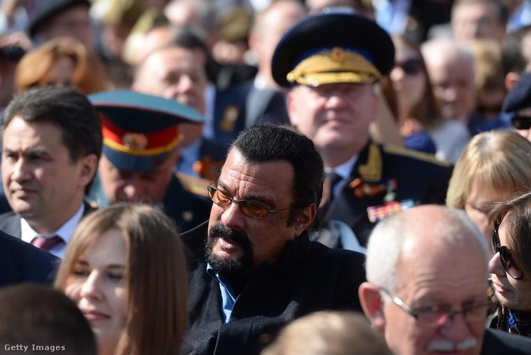 Mindig hajlamos volt rá, hogy erős és kirívó személyiségeket gyűjtsön maga köré, így természetesen ült már mellette Jean-Claude Van Damme és Berlusconi is