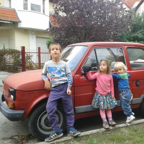 Bendegúz, Anna és Nimród. Nagy kaland utazni a kis piros autóval.