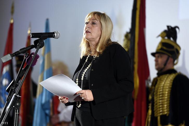 Schmidt Mária, az 1956-os emlékév kormánybiztosa beszédet mond az 1956-os Magyar Szabadságharcosok Világszövetsége 1956-2016 - A magyar ifjúság történelmet írt címmel tartott megemlékezésén Budapesten a Corvin moziban 2016. október 20-án.
