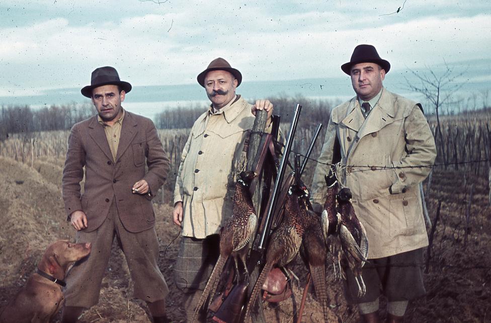 Dr. Ember Károly (bal szélen) és barátai vizslával, vadászat után.