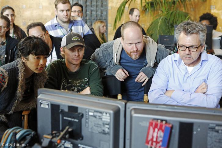 Joss Whedon forgatás közben.
