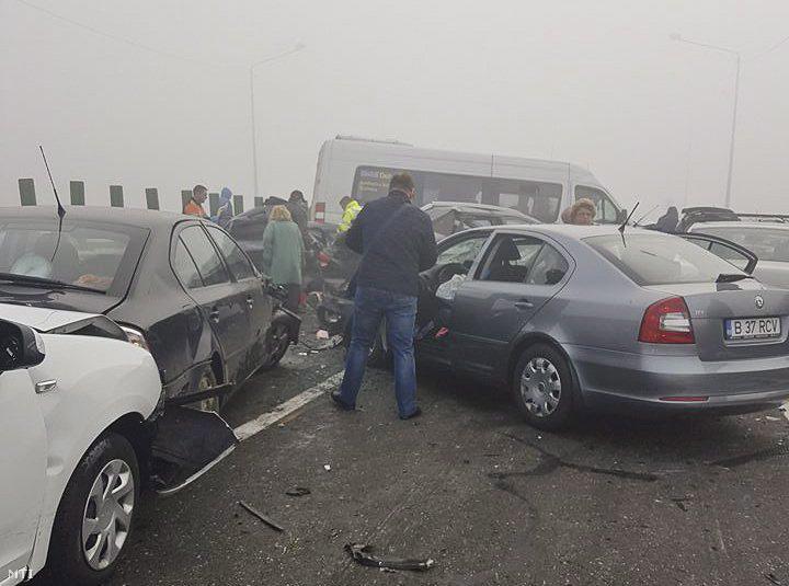 Összetört autók a sûrû ködben a romániai A2-es autópályán Bukaresttõl mintegy 40 km-re keletre 2016. november 5-én. Legalább húsz gépjármû - köztük két mikrobusz - ütközött egymásnak a tömegkarambolban négy ember életét vesztette a sebesültek száma meghaladja a harmincat.