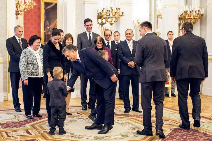 2015. október 20-án Rogán Antal átvette megbízólevelét Áder János köztársasági elnöktől. A szűk körű ünnepségen ott volt Kertész Balázs is. Ő a szemüveges férfi a fotó közepén. Ezt a képet utólag leszedték Rogán Facebook oldaláról.