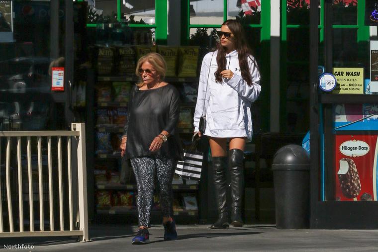 Ezért november 4-én sétálni ment jövőbeli anyósával, Gloria Campanoval