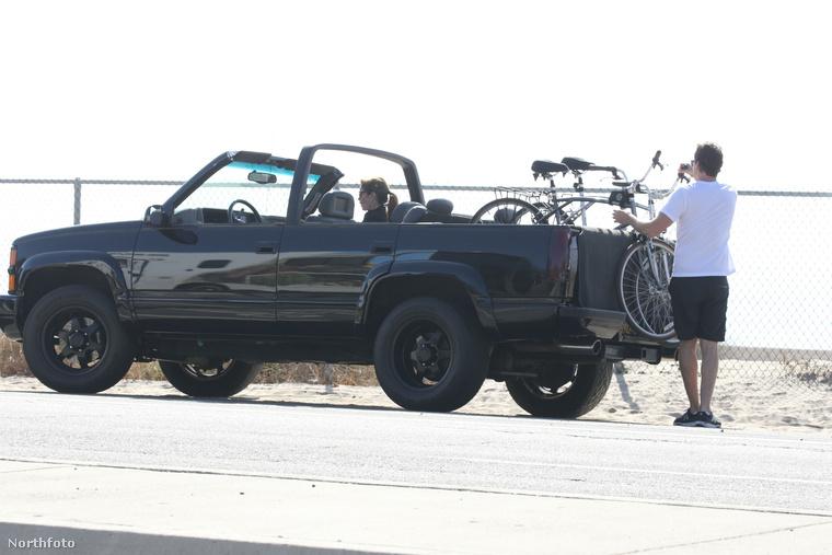 A csodálatos Cindy Crawford is bekerült a kerékpározni szerető celebek közé ezzel a november 5-én készült fotósorozattal