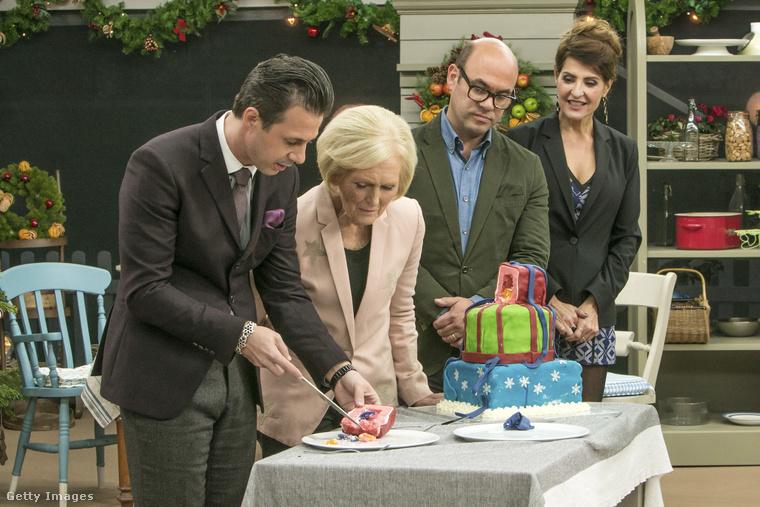 Szóval a lényeg, hogy bár nem lesz több olyan Sütimester, ahol Mary Berry zsűrizik, de lesz új műsora, ahol a 81 éves szakácsnő megmutathatja, mit tud MÉG!Az új BBC-minisorozatban ugyanis Mary Berry megpróbálja feltárni előttünk Nagy-Britannia arisztokrata házainak titkait, nyilván az ételeken keresztül.