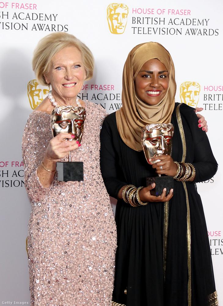 A műsor több díjat is nyert - a képen Mary Berry a hatodik évad nyertesével, Nadiya Hussainnel látható.