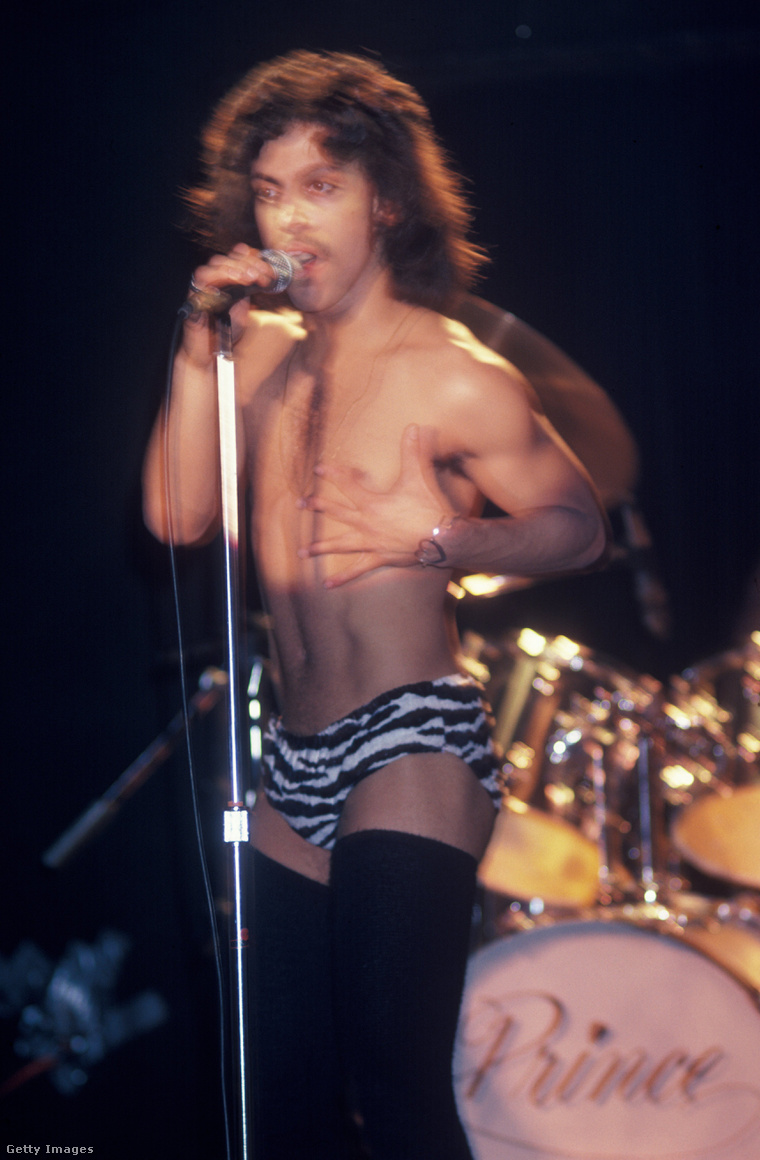 Nem a szeme káprázik, ez valóban Prince. És igen, zebramintás bugyiban meg combcsizmában van.