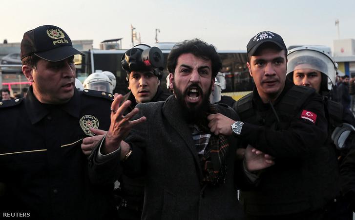 Kurd tüntetőt vezetnek el török rendőrök november 6-án, Isztambulban