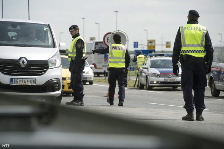 Osztrák rendőrök ellenőrzik a járműveket a Hegyeshalom és Miklóshalma (Nickelsdorf) közötti határátlépési pontnál 2016. április 25-én miután az osztrák rendőrség elkezdte az előre meghirdetett szúrópróbaszerű