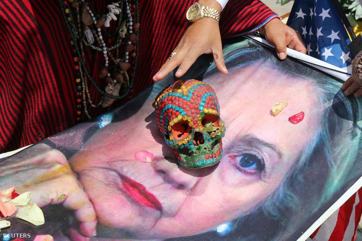 Perui sámánok jósolnak egy Clinton-poszteren