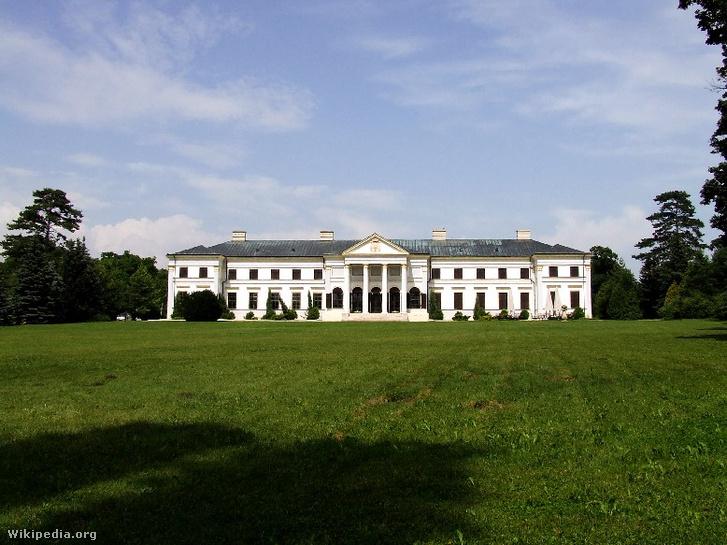A seregélyesi Zichy–Hadik-kastély épülete. A Pharaon-Alfa Befektetési Kft. 2014 végén adásvétel útján szerezte meg a kastély tulajdonjogát.