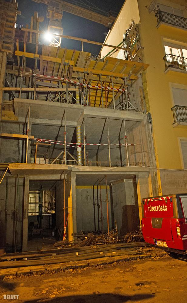 A társasház mellett építkezési munkák zajlanak, a betonozás közvetlen a bedőlt falnál történt
