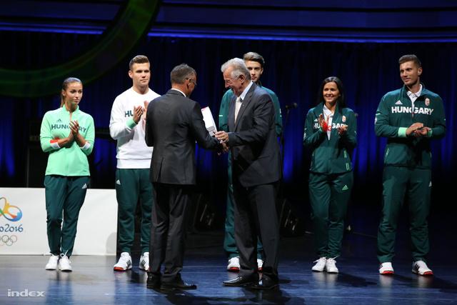 Borkai Zsolt, a Magyar Olimpiai Bizottság elnöke olimpiai mezt ajándékoz Schmitt Pál volt köztársasági elnöknek, kétszeres olimpiai bajnoknak a riói nyári olimpián résztvevő magyar sportolók ünnepélyes fogadalomtételén a Művészetek Palotájában 2016. július 7-én.