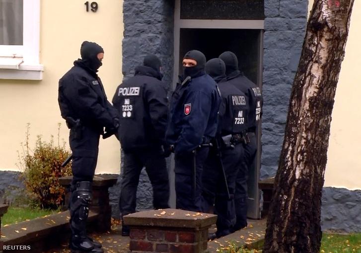 Német rendőrök a helyszínen az akció után.