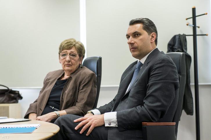 Lázár János és Németh Lászlóné a kormány és a parlamenti pártok postatörvény módosításáról tartott egyeztetésen a Magyar Posta Vezérigazgatóságának épületében 2016. április 5-én.