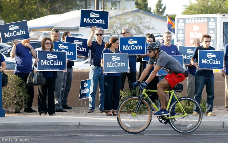 A szenátori posztért újrainduló McCain támogatói Arizonában, 2016. november 8-án.