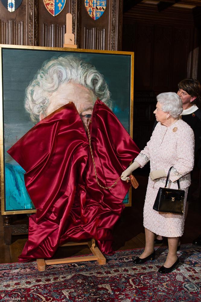 Míg az USA-ban a celebek az új elnöktől ijedtek meg, addig Erzsébet brit királynő a saját arcképétől.