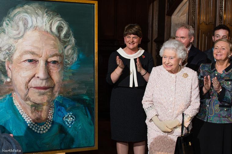 De mivel ő az Egyesült Királyság királynője, így muszáj jó képet ágni mindenhez, úgyhogy megtette, amit meg kellett...