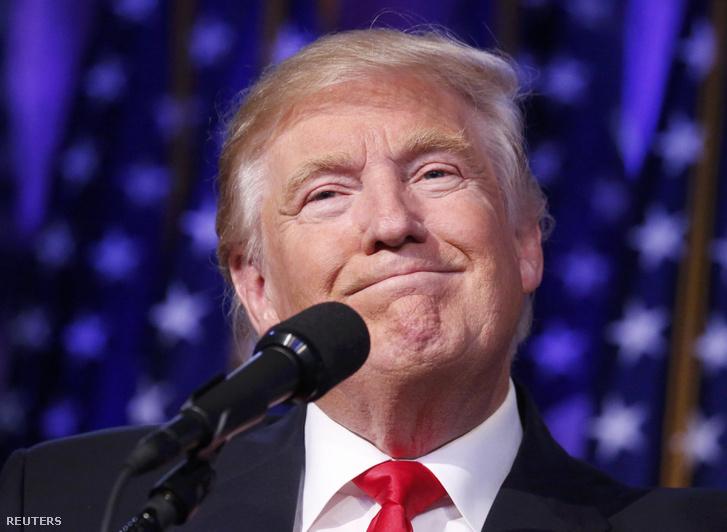 Donald Trump első beszédét tartja megválasztott elnökként a manhattani Midtown Hilton hotelben, 2016. november 9-én.