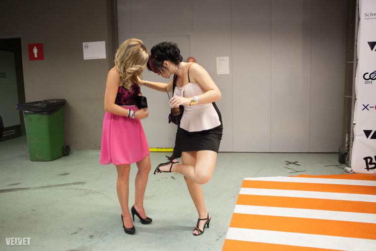 A két, 2013-ban lefotózott hölgyről nem tudjuk, melyik opciót választották (volna?), de az biztos, hogy az alkalomhoz öltöztek