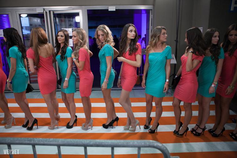 Ne hagyjuk ki a hostesseket sem, akik 2013-ban így várakoztak a színfalak mögött