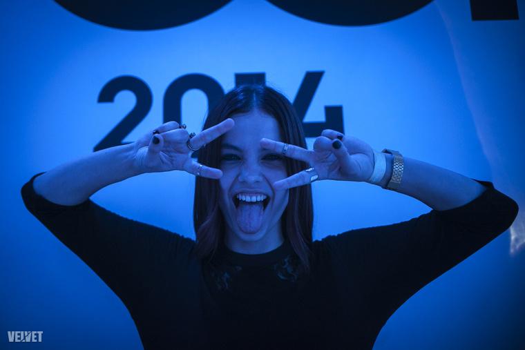 Palvin Barbara is nagyon érezte azt a díjátadót, reméljük idén is tiszteletét teszi! (Mondjuk valahol felkészültünk rá, hogy nem.) Még arra is hajlandó volt, hogy fotósunk kedvéért ikonikus pózokba vágja magát, ezen a képen például Miley Cyrust idézi meg.