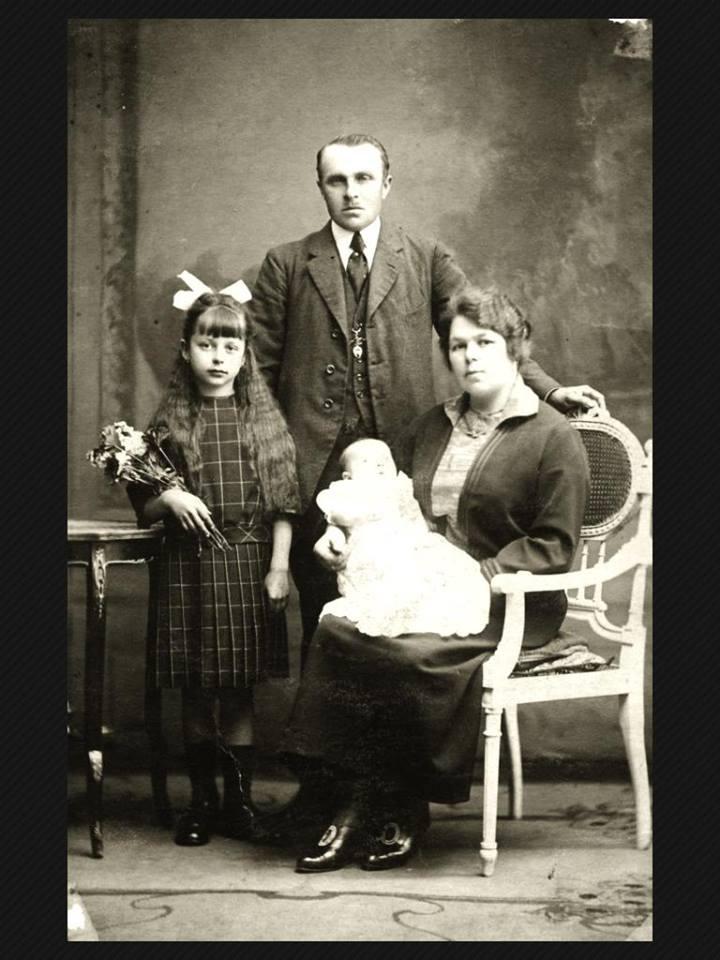 Etelka még kislányként, a kép bal oldalán kedvenc babájával a kezében.