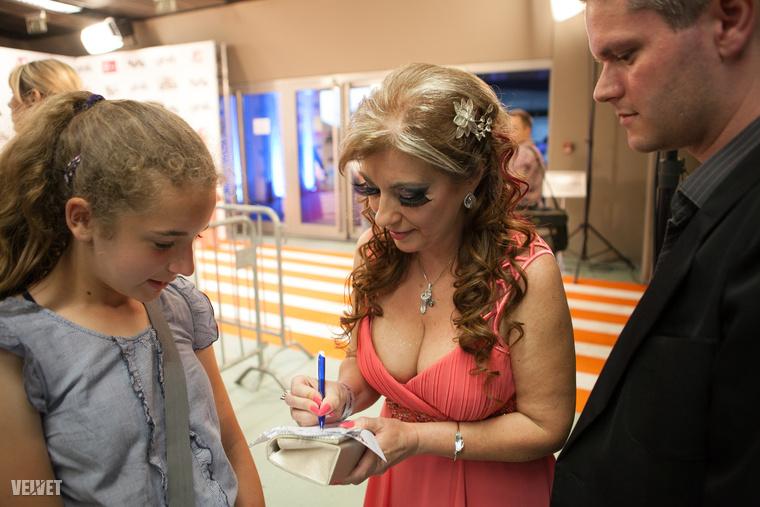 Kiszel Tünde autogramot oszt egy rajongójának a 2013-as gálán